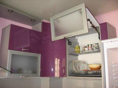 Розовая кухня с передвижной барной стойкой
