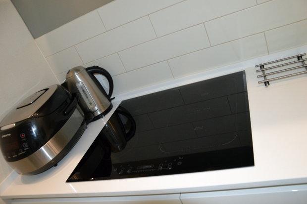 Белая кухня в стиле Hi-Tech (кулинарная лаборатория)