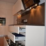 Кухня в стиле минимализм с барной стойкой