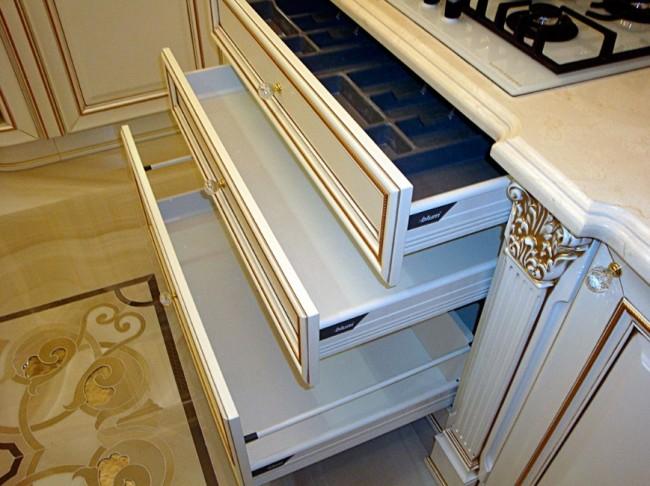 Фурнитура BLUM с доводчиками в нижних ящиках кухни