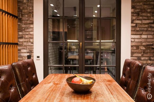 Выход на балкон из кухни-гостиной в стиле лофт площадью 33,6 кв. м