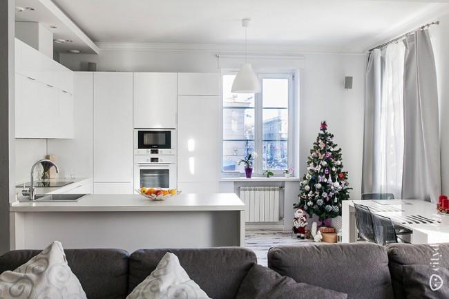 П-образный белый гарнитур на 10 кв. м в интерьере современной кухни-гостиной