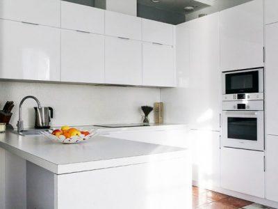 Белая кухня-гостиная в стиле минимализм