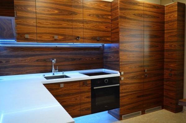 Дизайн угловой кухни 12 кв.м с красивой подсветкой и встроенным холодильником