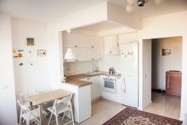 Кухня-гостиная в скандинавском стиле в нише