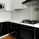 "Кухня с крашенными фасадами ""Черный глянец / Белый глянец"""