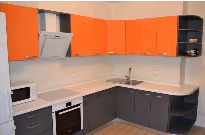 Серо-оранжевая кухня