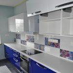 Сине белая кухня пластик Formica с островом