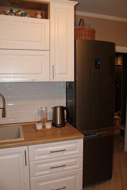 Белая угловая кухня из массива на 9 кв.м.