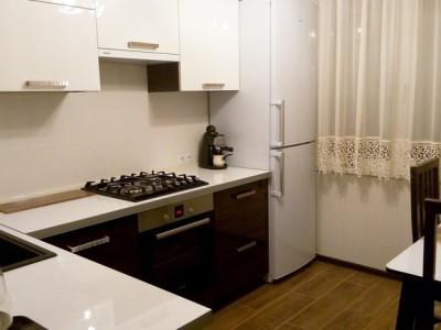 Кухня с фасадами из глянцевого акрила (зебрано + белый)