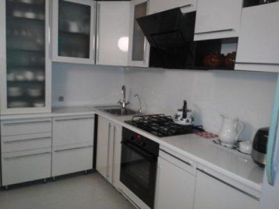 Белая кухня с крашенными фасадами на 9.5 кв.м.