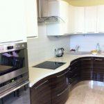 """Кухня с крашенными фасадами """"Белый глянец + Шпон (эбеновое дерево красное)"""""""