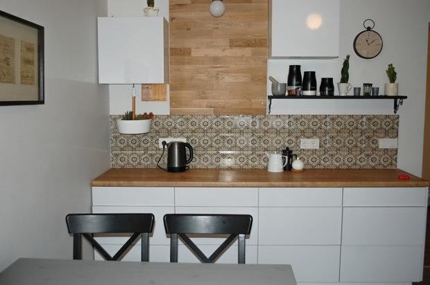 Белая глянцевая кухня без ручек в стиле минимализм
