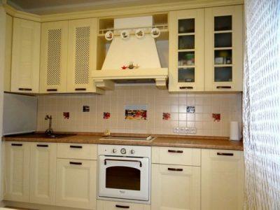 Классическая кухня в ванильных тонах