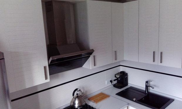 Бело-серая кухня из массива ясеня