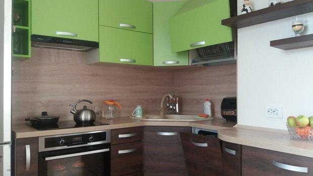 зеленая коричневая кухня