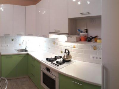 """Кухня с крашенными фасадами """"Белый/Салатовый глянец"""""""