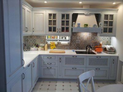 Белая угловая кухня с фасадами из массива