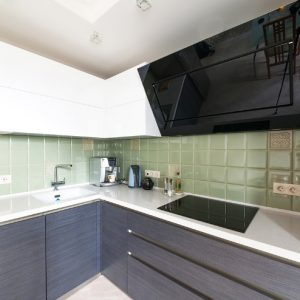 Кухня с фасадами Шпон+Эмаль