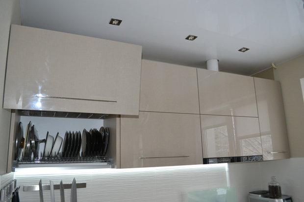 Как увеличить 6 квадратных метров? Зеркала и глянец на кухне.