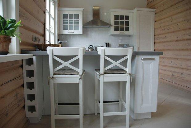 Белая кухня в скандинавском стиле в деревянном доме