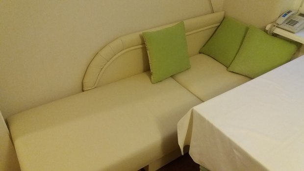 Дизайн зелено-шоколадной кухни с выступом