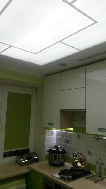 Бело-зеленая кухня в хрущевке