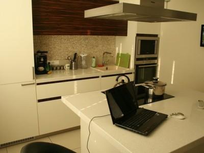 Кухня с фасадами из ДСП и интегрированными ручками