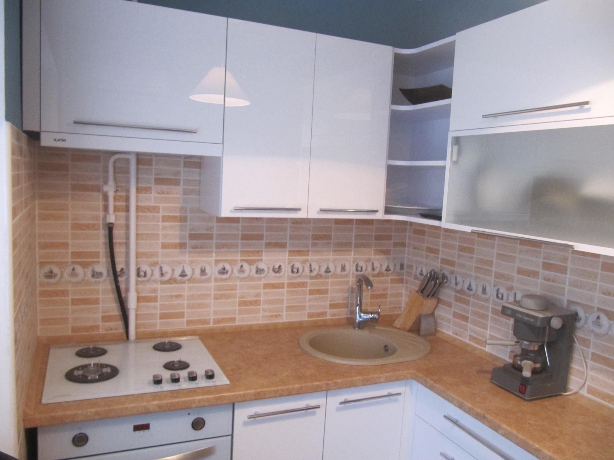 Белая глянцевая кухня с фасадами ACRYLIC