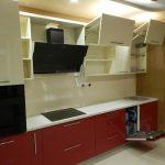 Красно-белая кухня с фасадами ACRYLIC