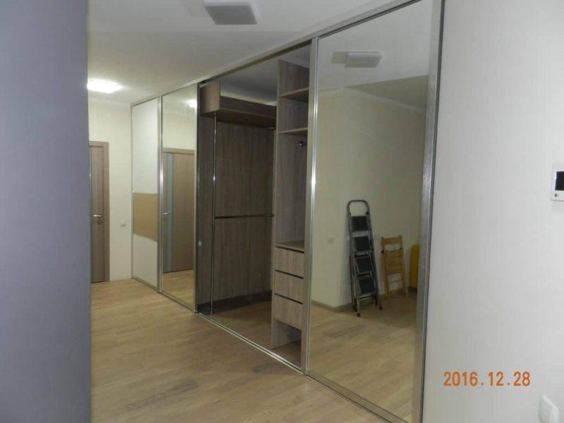 Пятидверный встроенный шкаф-купе в холле