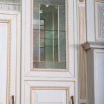 """Кухня с патинированными фасадами """"Ривьера"""", пленка """"текстурный белый"""", золотое устарение (ВХЦ)"""
