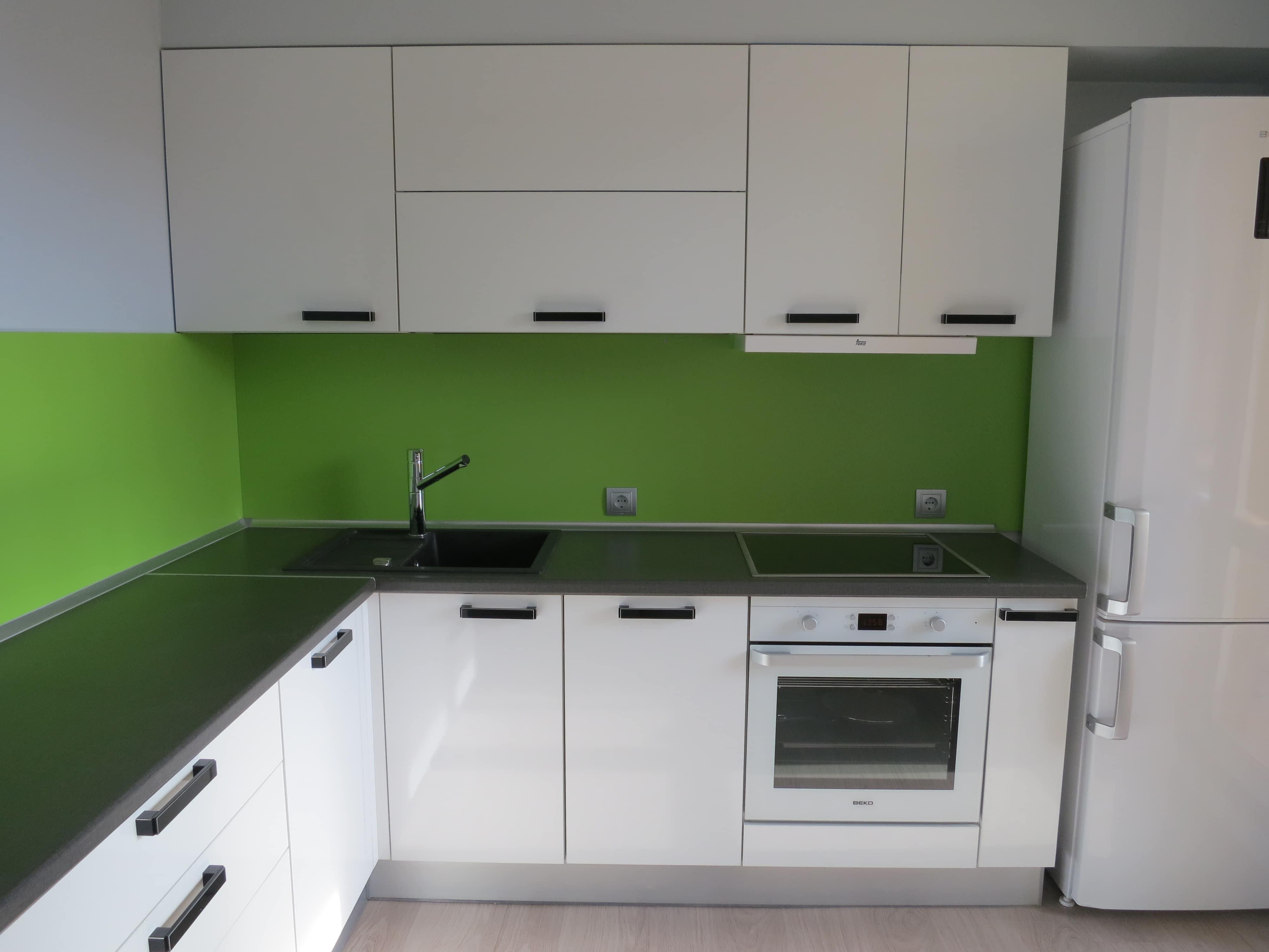 Угловая кухня с фасадами из белого пластика ARPA