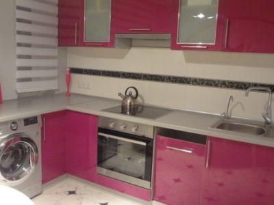 Красная кухня из пластика на 9 кв.м.