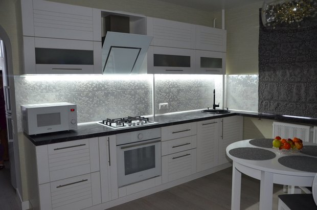Классическая кухня, совмещенная с гостиной