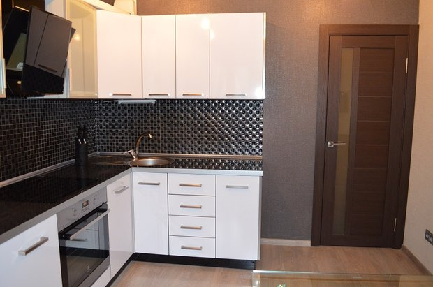 Белая кухня с пластиковыми фасадами на 12.7 кв.м.