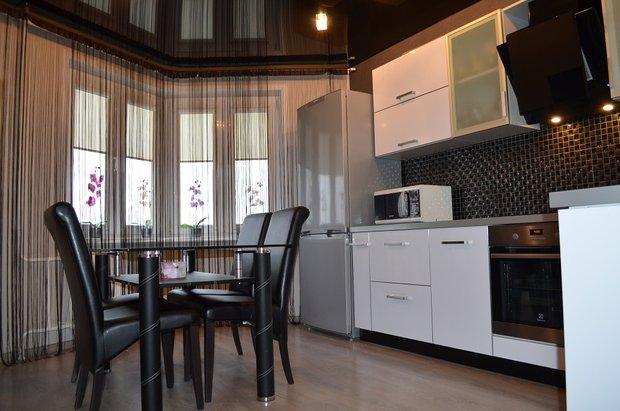 Белая кухня с фасадами из пластика на 12 кв.м.