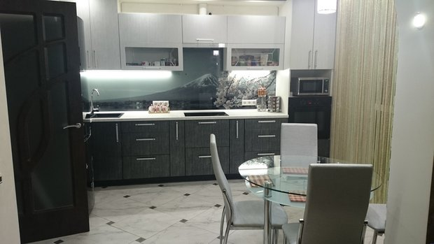 Оригинальная черно-белая кухня с серебристой патиной