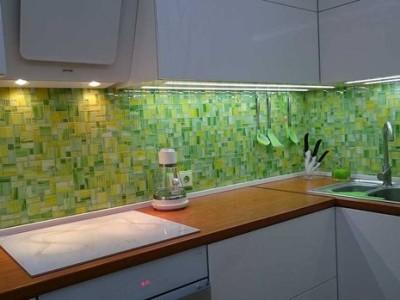Белая кухня с аэрографией