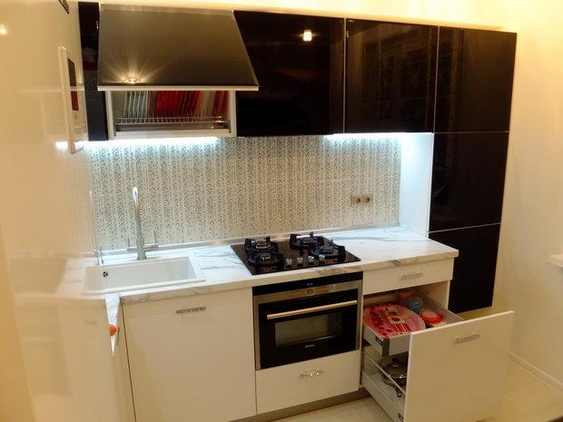 Фото кухни в стиле хай-тек с глянцевыми фасадами ДСП