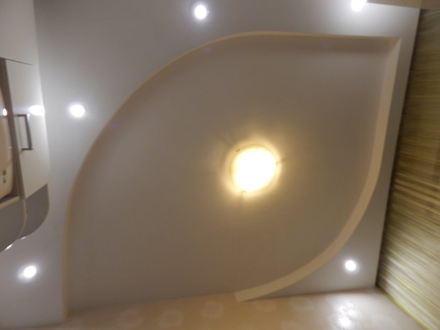 Современная кухня с белыми глянцевыми фасадами