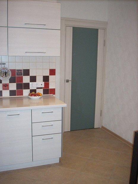 Белая угловая кухня с фасадами из пластика Arpa