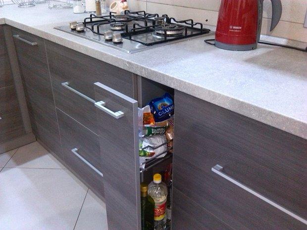 Серая кухня с барной стойкой в частном доме