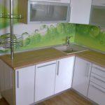 Белая угловая кухня с барной стойкой