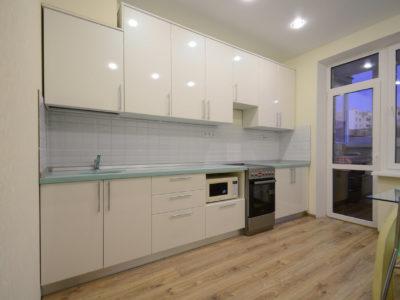 Белая прямая кухня с пленочными фасадами