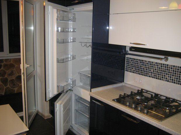 Черно-белая кухня с крашеными фасадами на 9 кв.м.