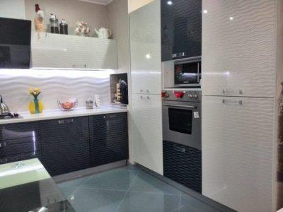 Молочно-серая кухня с пластиковыми фасадами