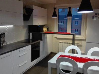 Белая прямая кухня с крашенными фасадами