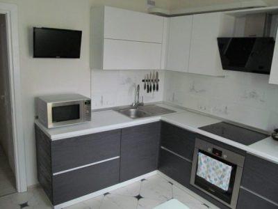 Современная кухня серого цвета на 9 кв.м.