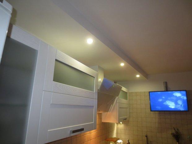 Современная кухня с белыми фасадами